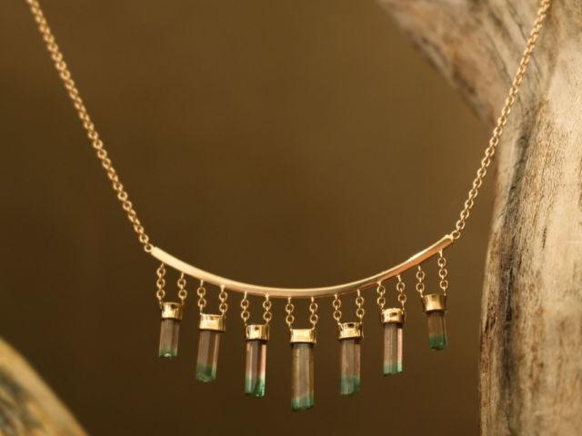 """Collier en or rouge (18ct.), des cristaux de Tourmaline """"Melon d'eau"""" de très belle qualité brut, attaché à l'arc de cupidon par des fines chaines d'or."""